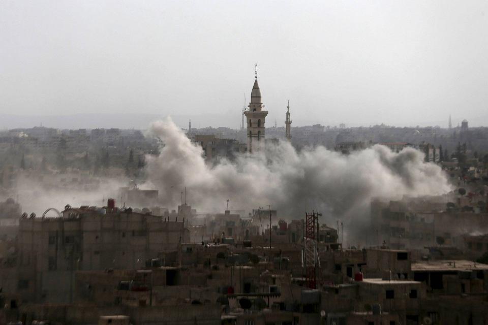 Dymu nad miastem Duma  we wschodnich górach Kalamun, w którym starli się zwolennicy prezydenta Syrii Baszara al-Asada z bojownikami Państwa Islamskiego.