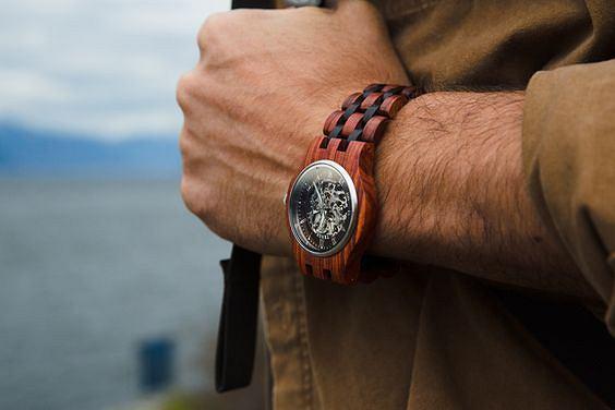 Te nietypowe zegarki z drewna robią furorę! Wiemy, gdzie je kupicie w doskonałej cenie.