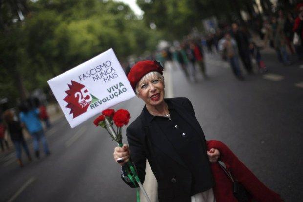 Rewolucja Go�dzik�w w Portugalii. Kwiaty w lufach karabin�w