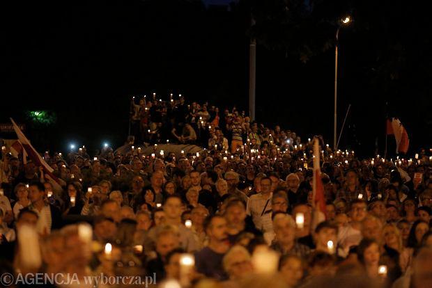 Zdjęcie numer 113 w galerii - Tłumy przed Sądem Okręgowym w Łodzi. Kolejny dzień protestów przeciwko zmianom PiS w sądownictwie [ZDJĘCIA]