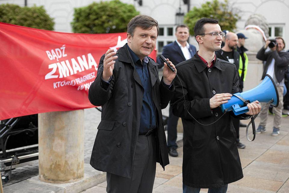 Mateusz Piskorski (z lewej) podczas demonstracji partii Zmiana przed Pałacem Prezydenckim 1 maja 2015 r.