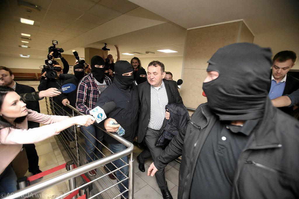Stanisław Gawłowski wychodzi z sądu po posiedzeniu aresztowym