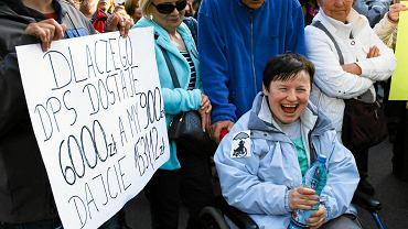27 kwietnia. Manifestacja osób popierających protest rodziców osób niepełnosprawnych w Sejmie