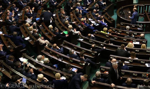 Zdjęcie numer 2 w galerii - Sondaż dla Gazeta.pl: Posłowie powinni zarabiać maksymalnie 3550 zł na rękę