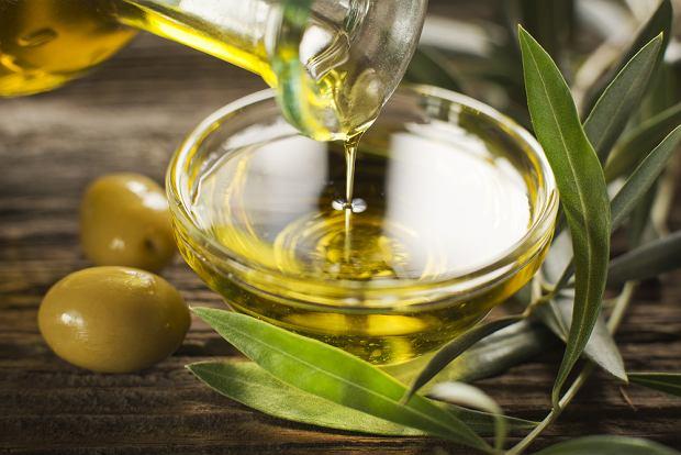 Oliwa z oliwek to jeden z najzdrowszych tłuszczów, a dzięki temu, że ma roślinne pochodzenie, jest pozbawiona cholesterolu