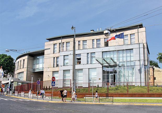 Polski konsulat we Lwowie ochlapany czerwoną farbą. Na nagraniach widać dwie osoby