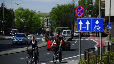 """17.04.2014 Warszawa, ul. Spacerowa. Rowerzyści jadą """"pod prąd"""" pasem rowerowym."""