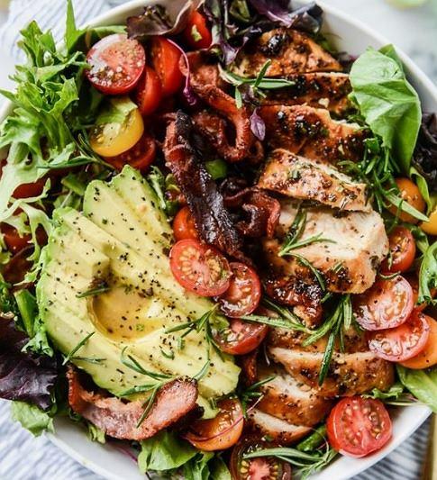 Sałatka z dodatkiem awokado, boczku i pomidora jest zdrowa i sycąca.