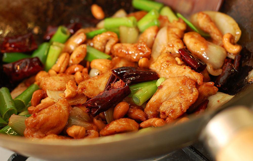 Azjatyckie danie z kurczakiem / shutterstock