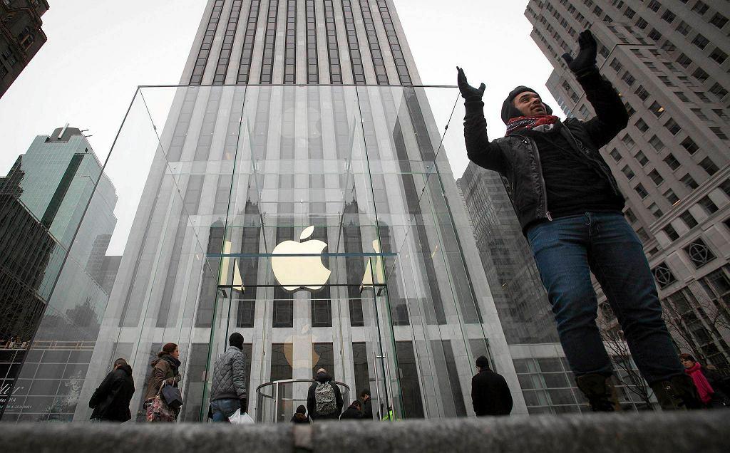 Mężczyzna pozuje przed sklepem Apple w Nowym Jorku