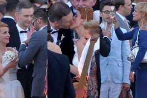 Poca�unki, u�ciski i szampan. Tak zacz�o si� wesele Katarzyny Zieli�skiej