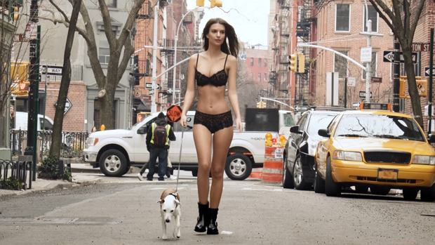 Emily Ratajkowski w spocie DKNY