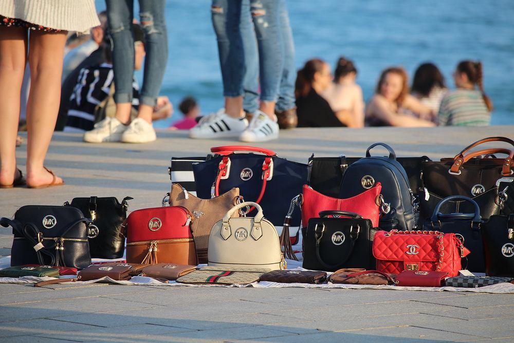 Turyści wypoczywający na włoskich plażach muszą mieć się na baczności - od tego lata kupowanie podróbek od wędrownych sprzedawców będzie karane finansowo