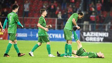Samopomoc koleżeńska podczas piłkarskiego starcia trzecioligowców (dawniej czwarta liga): RTS Widzew Łódź - ŁKS Łomża