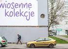 Wyci�li dziur� w billboardzie na Woli: na Matk� Bosk�