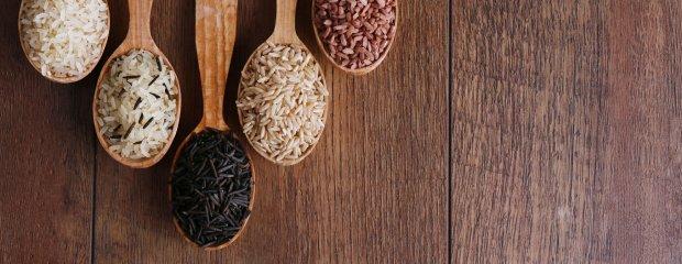 Jesz biały rozgotowany ryż? To tak, jakbyś jadł słodycze. Przerzuć się na dziki albo czarny