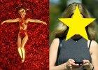 """Kilka dni temu paparazzi zrobili zdj�cia Menie Suvari, gdy spacerowa�a bez makija�u. Aktorka wygl�da�a niezwykle m�odzie�czo, ale jeszcze rok temu jej wygl�d zaniepokoi� media. A wystarczy�o tylko wr�ci� do sprawdzonego blondu. Zobaczcie, jak dzi� wygl�da uwodzicielska Angela Hayes z """"American Beauty""""."""