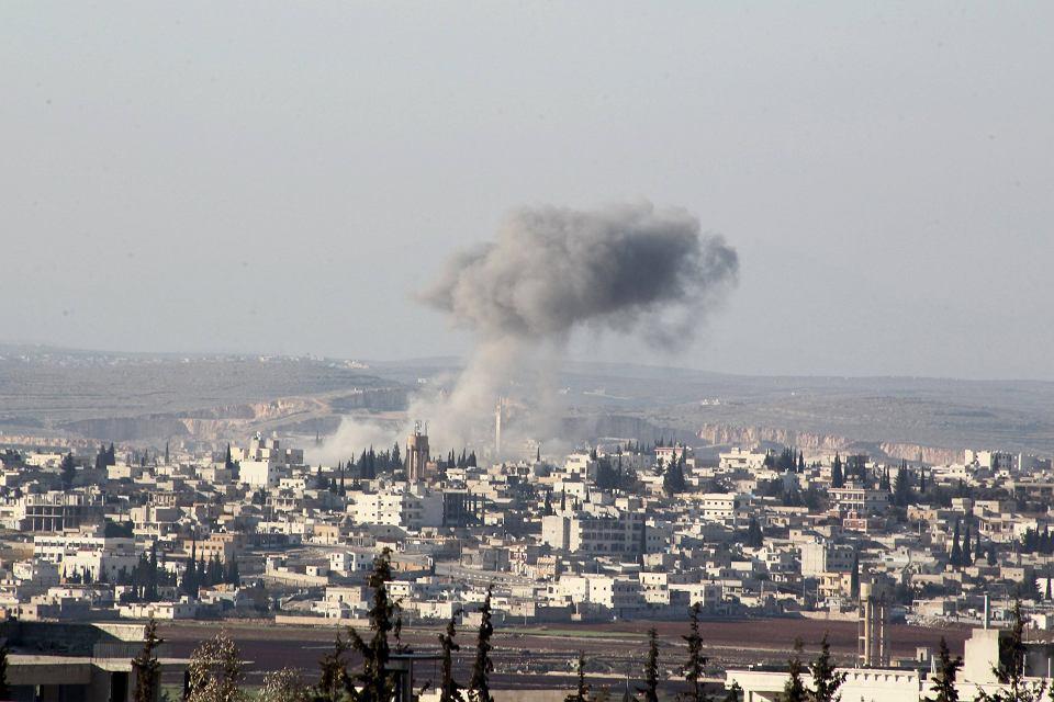 Miasto Anadan. Dym po syryjskich nalotach