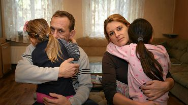 Aneta i Jacek Kowalscy z Julią i Wiktorią - córkami, które odebrał im niemiecki Jugendamt i umieścił w rodzinie zastępczej. Przy pierwszej okazji zabrali je do Polski. Sąd stanął po ich stronie