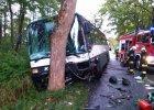 Osobówką wjechał w autobus, dwie osoby nie żyją