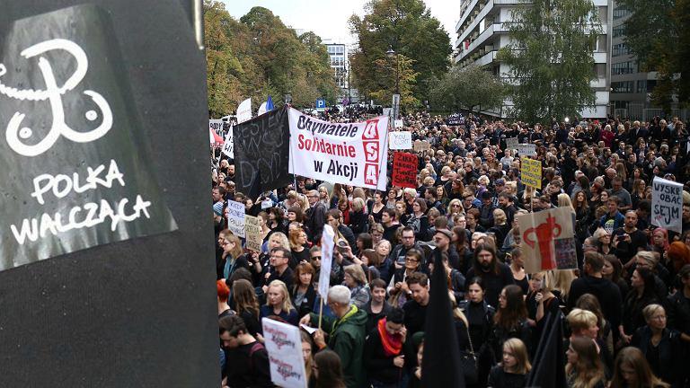 """Matka chorego dziecka w obronie praw kobiet przed Sejmem. """"Modl� si�, by..."""""""
