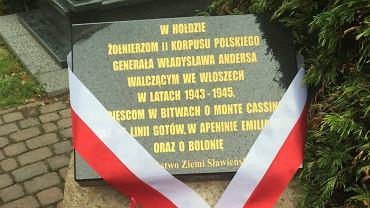 Tablica upamiętniająca żołnierzy 2 Korpusu Polskiego gen. Andersa na cmentarzu w Sławnie.