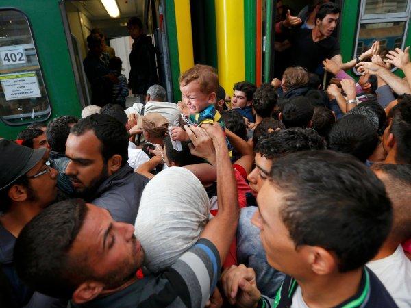 Węgrzy częściowo ustępują. Jeden pociąg ruszył w stronę Austrii. Na dworcu cały czas chaos