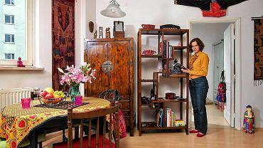Większość mebli w mieszkaniu to autentyczne chińskie antyki. Są nimi m.in. szafa z drewna orzechowego i regał z drewna wiązu.
