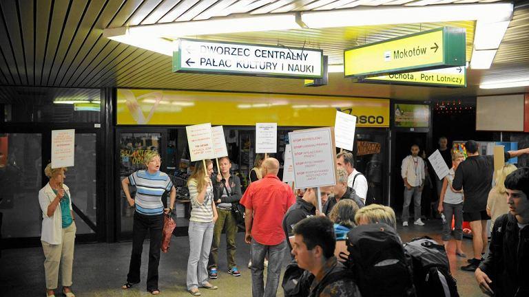 Kupcy z podziemi obok Dworca Centralnego podczas pikiety 10 sierpnia