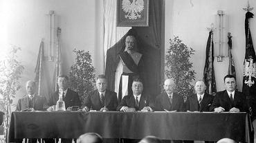 Warszawa, maj 1935 r., za stołem prezydium Walnego Zjazdu Urzędników Kolejowych. Już w 1921 r. Ministerstwo Kolei Żelaznych miało siedem wielkich departamentów oraz cztery samodzielne wydziały, a w terenie mnóstwo stacji i placówek. Kolej zatrudniała nie tylko maszynistów, konduktorów, robotników remontowych, ale też ogromną rzeszę urzędników. Ta armia w miarę istnienia II RP powiększała się, szczególnie w latach 30., gdy rozpoczęła się budowa magistrali węglowej ze Śląska do Gdyni.