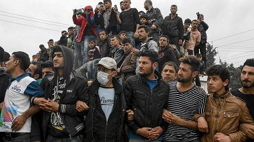 W niedzielę obóz w Idomeni odwiedziła Nadia Murad Basee Taha - jazydka, ofiara Państwa Islamskiego więziona i gwałcona przez dżihadystów. Dziś mieszka w Niemczech i zajmuje się udzielaniem wsparcia uchodźcom. Na zdjęciu: mieszkańcy obozu słuchają jej przemówienia