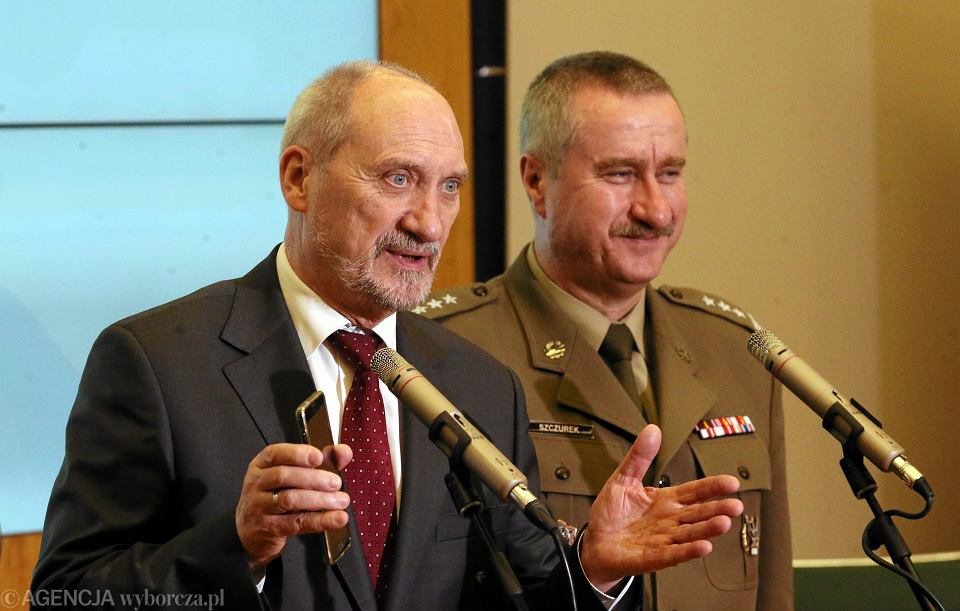 Minister obrony w rządzie PiS Antoni Macierewicz i rektor WAT Tadeusz Szczurek