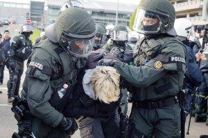 """Blokowali drogę na zjazd skrajnej prawicy w Niemczech. """"Naziści precz! Uchodźcy zostają"""". 400 zatrzymanych"""