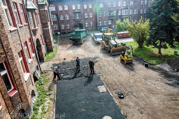 Asfalt na jednym z  podwórek na katowickim Nikiszowcu