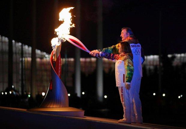 Znicz olimpijski zapalili wsp�lnie s�ynna w przesz�o�ci �y�wiarka figurowa Irina Rodnina oraz legendarny hokeista W�adis�aw Trietjak.