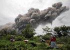 Pot�na erupcja wulkanu Sinabung w Indonezji. Chmura py��w ma wysoko�� dw�ch kilometr�w