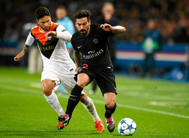 PSG's Ezequiel Lavezzi, right, escapes Shakhtar's Marlos during the Champions League Group A soccer match between PSG and FC Shakhtar Donetsk at the Parc des Princes stadium in Paris, Tuesday, Dec. 8, 2015. (AP Photo/Francois Mori) SLOWA KLUCZOWE: XCHAMPIONSLEAGUEX