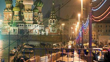 Morderstwo Borysa Niemcowa. Do najgłośniejszej zbrodni politycznej współczesnej Rosji doszło dwa lata temu, późnym wieczorem 27 lutego 2015 roku, na Wielkim Moście Zamoskworeckim. Zaur Dadajew, porucznik batalionu Siewier, przybocznej gwardii wielkorządcy Czeczenii Ramzana Kadyrowa, zabił Borysa Niemcowa pięcioma strzałami w plecy. Zdjęcia ciała opozycjonisty, byłego wicepremiera, na tle muru kremlowskiego wstrząsnęły światem i weszły do historii