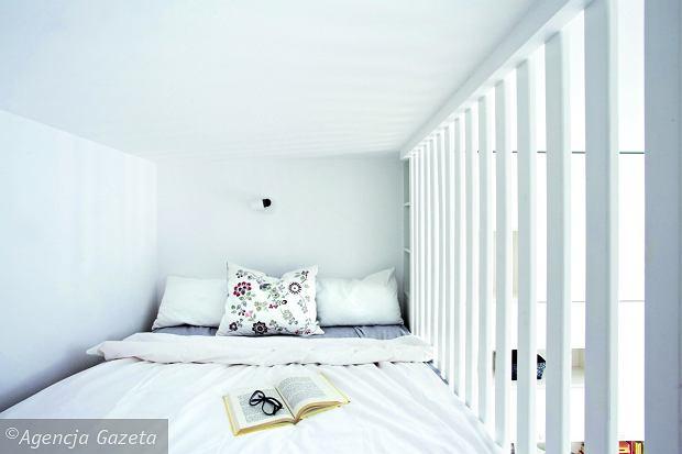 Taka przegroda ma same zalety: zapewnia bezpieczeństwo śpiącym tu domownikom iumożliwia dostęp powietrza iświatła. Ana dodatek - miejsce do spania jest niewidoczne zdołu.