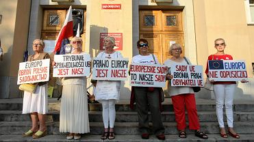 'Europo, nie odpuszczaj!' - to hasło, pod którym w ponad 60 miastach Polski odbyły się protesty w obronie niezależnych sądów. W Łodzi pod Sąd Okręgowy przyszło ok. 100 osób.