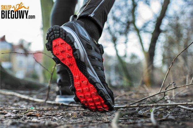 fe464001 Dlaczego amortyzacja w butach biegowych jest tak ważna? Większość biegaczy  w czasie biegu ląduje na pięcie. W momencie uderzenia w podłoże kolana  biegacza ...