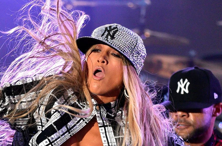 Jennifer Lopez biegła po scenie. Nagle za mocno się przechyliła i... wylądowała na pupie. To nie mogło być przyjemne!