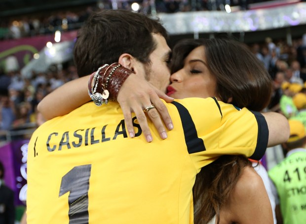 Spain's goalkeeper and captain Iker Casillas kisses his girlfriend, television journalist Sara Carbonero, as he celebrates after defeating Italy to win the Euro 2012 final at the Olympic stadium in Kiev, July 1, 2012.           REUTERS/Eddie Keogh (UKRAINE  - Tags: SPORT SOCCER)