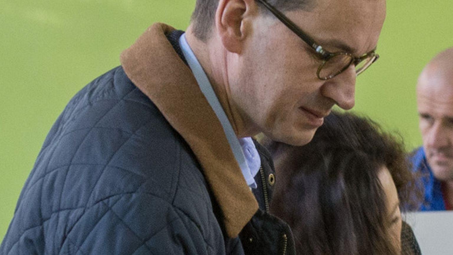 Mateusz Morawiecki rzadko pokazuje się z żoną, a teraz pojawili się razem na wyborach. Tak wyglądają mało znane partnerki naszych polityków