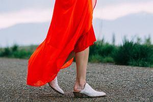 Czerwona sukienka na wesele, randkę i spacer w parku
