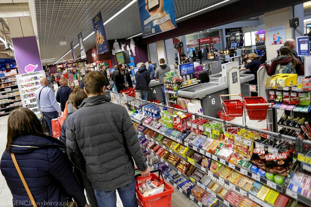 Zakupy w markecie. Zdjęcie ilustracyjne