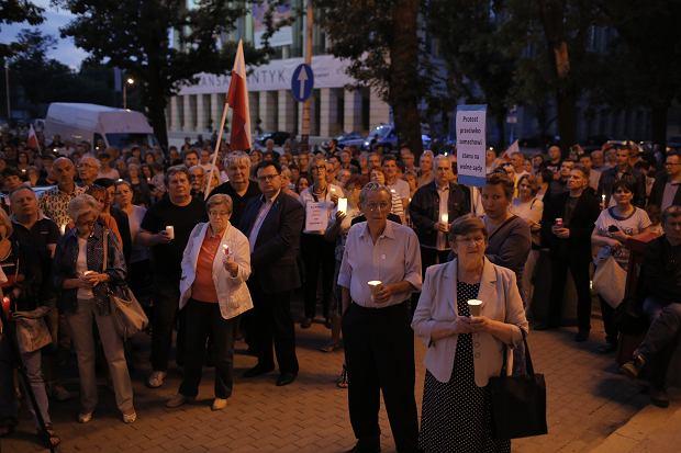 Zdjęcie numer 19 w galerii - Tłumy przed Sądem Okręgowym w Łodzi. Protest przeciwko zmianom PiS w sądownictwie [ZDJĘCIA]