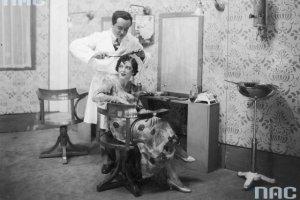 Przed laty u fryzjera [ARCHIWALNE ZDJ�CIA]