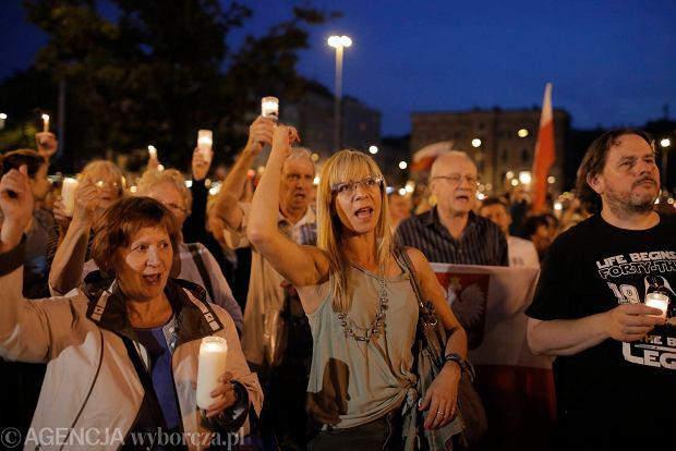 Zdjęcie numer 111 w galerii - Tłumy przed Sądem Okręgowym w Łodzi. Kolejny dzień protestów przeciwko zmianom PiS w sądownictwie [ZDJĘCIA]