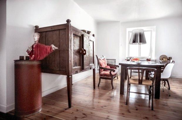 Chiński kabinet, stół z litego, egzotycznego  drewna z Indonezji, obok sofa biedermeier i kolekcja krzeseł  m.in. projektu Hansa J. Wegnera (model nr 24) oraz Charlesa i Ray Eamsów (DSR), oba z 1950 roku.